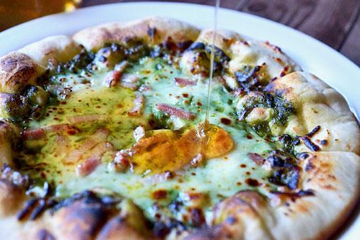 ピザに燻製蜂蜜